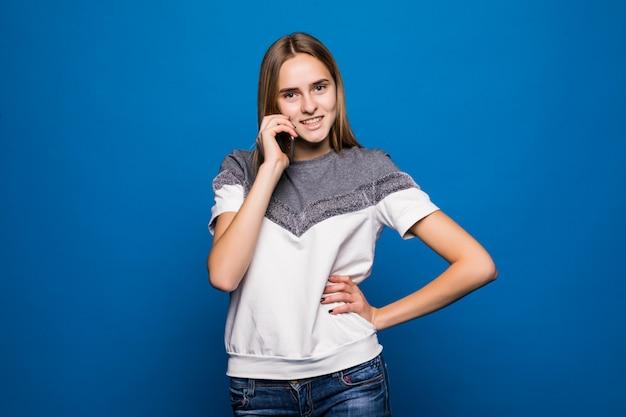 Schöne lächelnde dame, die einen lang erwarteten telefonanruf hat