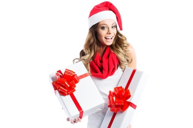 Schöne lächelnde frau, die zwei kisten mit geschenken lokalisiert hält.