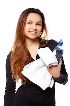 Schöne lächelnde frau mit flasche wasser