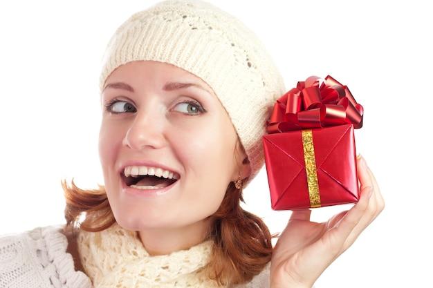 Schöne lächelnde frau mit geschenk