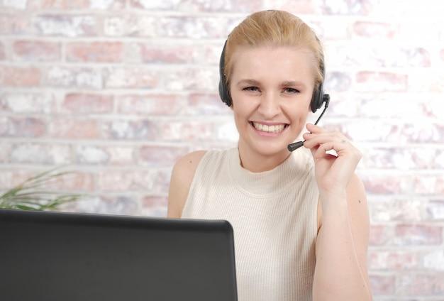 Schöne lächelnde glückliche frau im kopfhörer