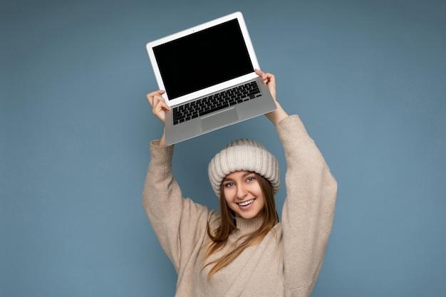 Schöne lächelnde glückliche junge dunkelblonde weibliche person mit glattem haar im winter