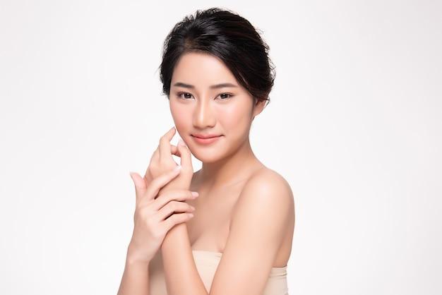 Schöne lächelnde junge asiatische frau mit sauberer haut natürliches make-up