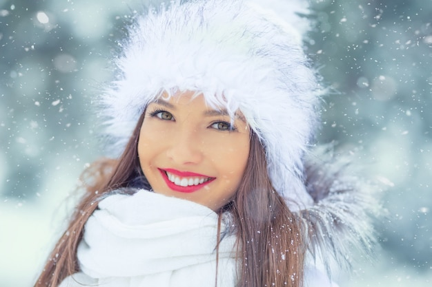 Schöne lächelnde junge frau in warmer kleidung