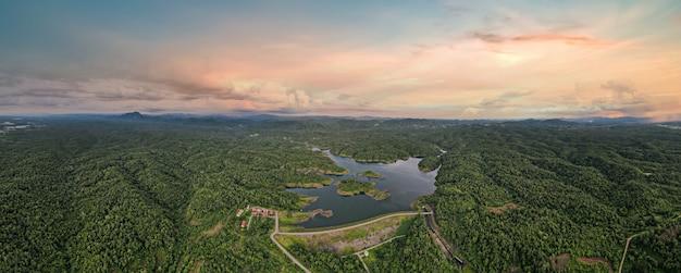 Schöne landschaft abendluftbild mae far dam, wassermanagementkonzept.