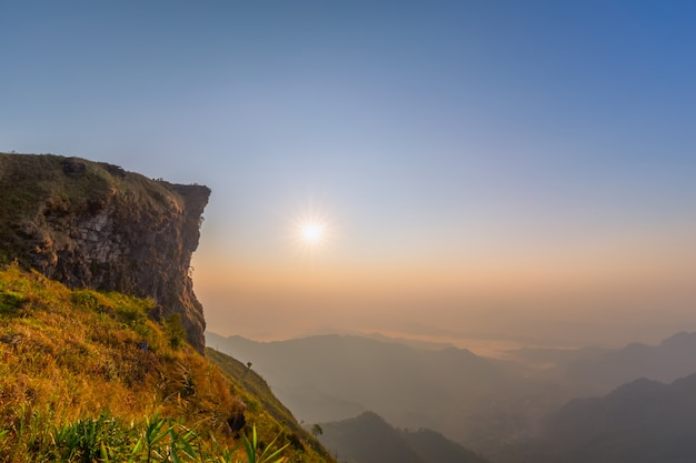 Schöne landschaft am morgen des nationalparks phu chi fa. chiang rai, thailand
