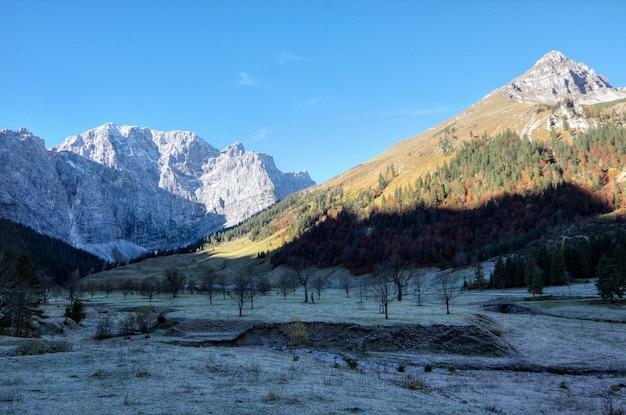 Schöne landschaft bei tageslicht - perfekt für tapeten