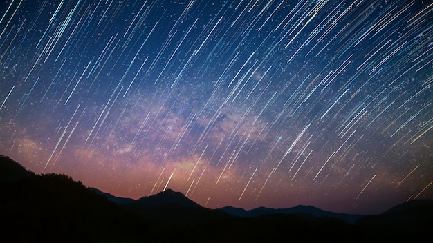 Schöne landschaft berge in der sternenklaren nacht mit milchstraße und startails hintergrund, chiang mai, thailand
