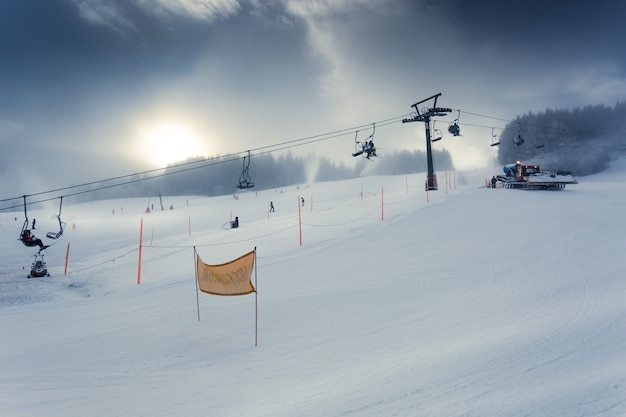 Schöne landschaft der alpinen skipiste mit funktionierendem skilift