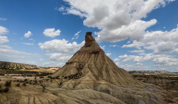 Schöne landschaft der bardenas reales in spanien unter einem atemberaubenden bewölkten himmel