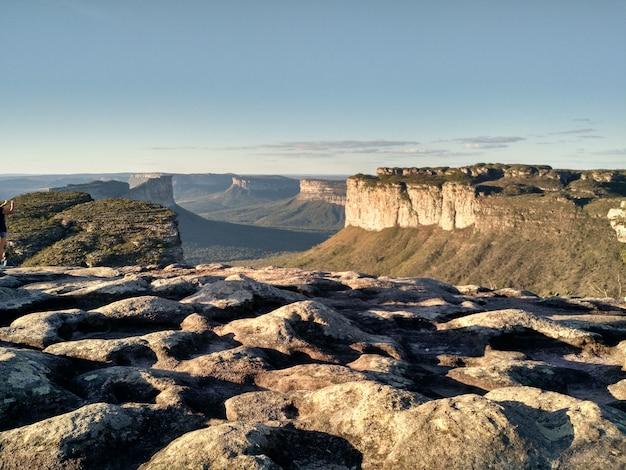 Schöne landschaft der berge am ende des nachmittags mit abschluss oben der felsen