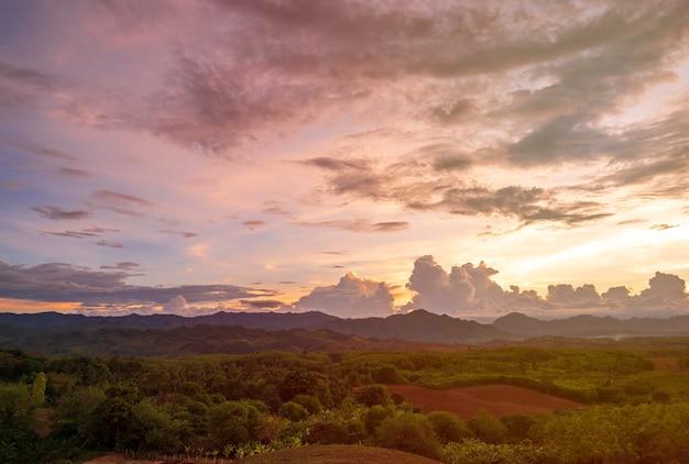 Schöne landschaft der berge in mae sot, thailand.