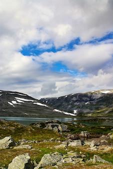 Schöne landschaft der berühmten atlanterhavsveien - atlantikstraße in norwegen