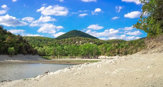 Schöne landschaft der dürre in einem see im süden russlands