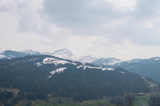 Schöne landschaft der felsigen berge bedeckt mit schnee unter dem bewölkten himmel in frankreich