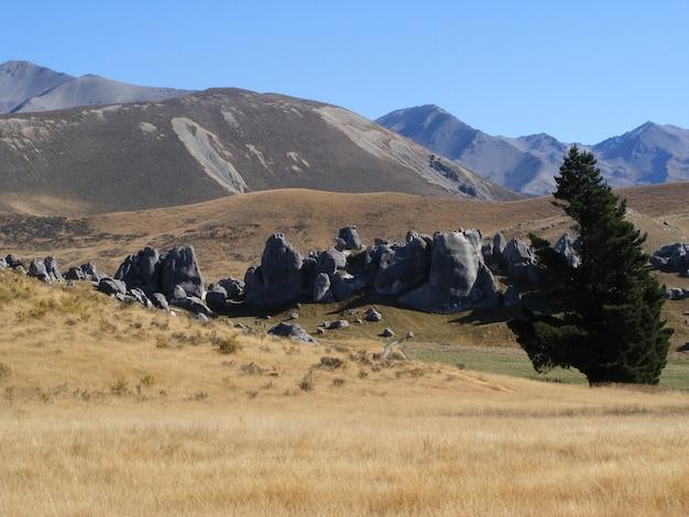 Schöne landschaft der hohen felsigen berge auf südinsel, neuseeland