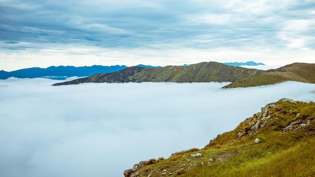 Schöne landschaft der hohen tatra berge an einem bewölkten tag