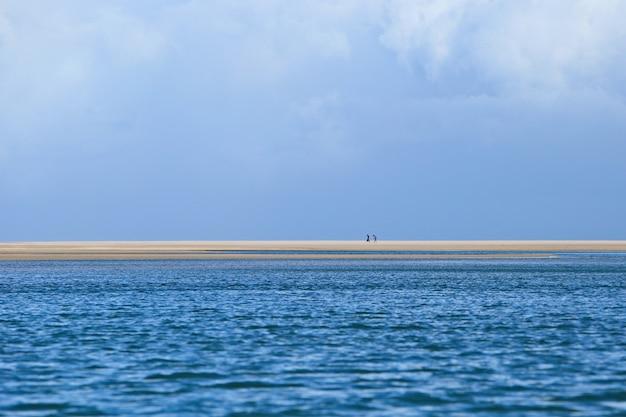 Schöne landschaft der hypnotisierenden meereswellen, die sich zum ufer bewegen