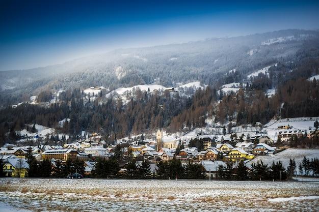 Schöne landschaft der kleinen stadt im hochgebirge bei österreich
