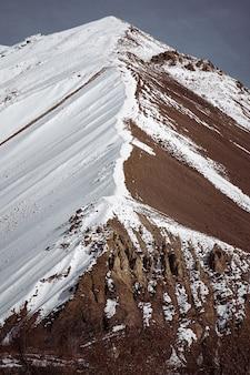 Schöne landschaft der mit schnee bedeckten hügel in winter spiti