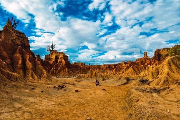 Schöne landschaft der roten felsen in der tatacoa-wüste in kolumbien unter dem bewölkten himmel