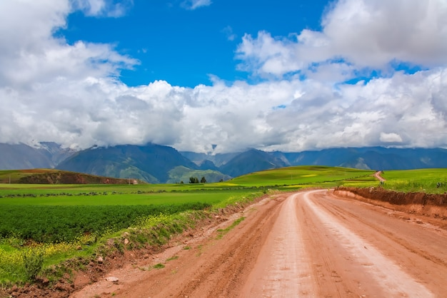 Schöne landschaft der schotterstraße, der felder, der wiesen und der berge in peru, südamerika