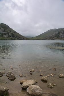 Schöne landschaft der seen von covadonga in asturien in spanien enol see ercina see