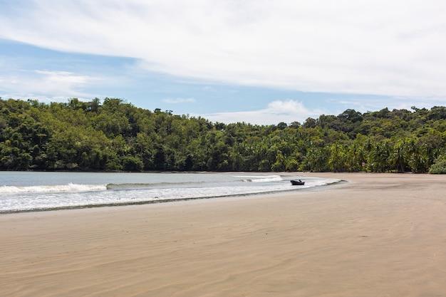 Schöne landschaft der wellen des ozeans, die sich zum ufer in santa catalina, panama bewegen