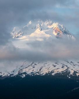 Schöne landschaft der wolken, die den berg hood bedecken