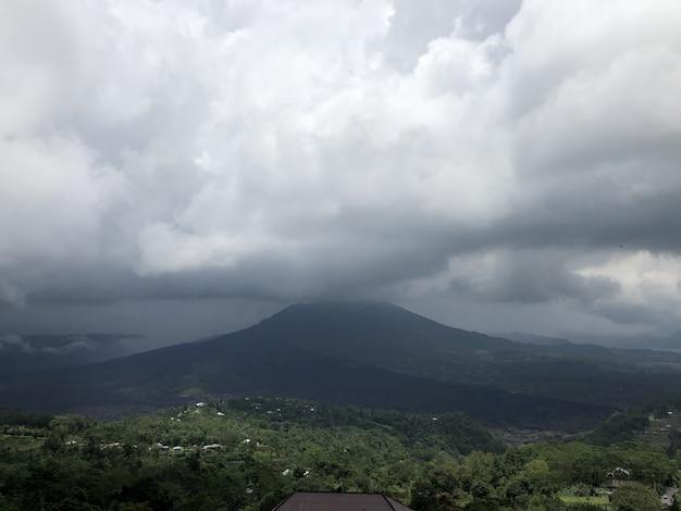 Schöne landschaft der wolken und des strandes in bali, indonesien