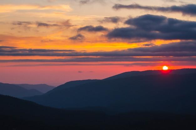Schöne landschaft der wolkenschichten mit dem sonnenuntergang