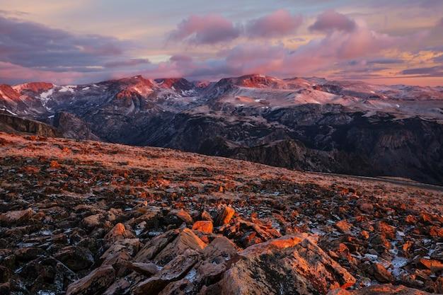 Schöne landschaft des beartooth pass. shoshone national forest, wyoming, usa. sonnenaufgangsszene.