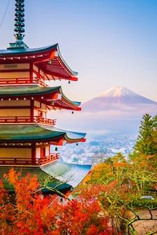 Schöne landschaft des berges fuji mit chureito pagode um ahornblattbaum im herbst