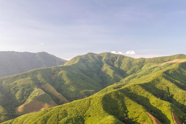 Schöne landschaft des berges im morgensonnenaufgang und im winternebel
