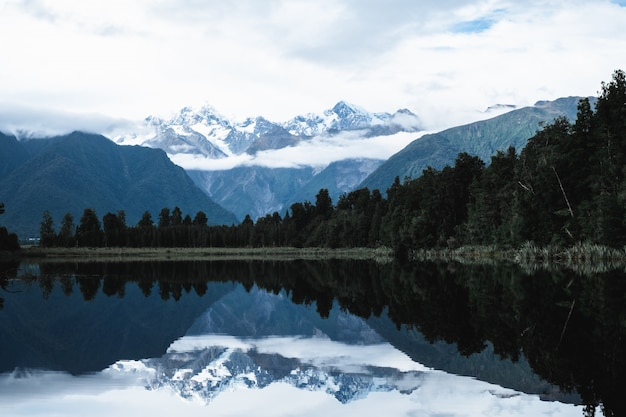 Schöne landschaft des berges und die reflexion auf dem see. lake matheson, fuchsgletscher, neuseeland.
