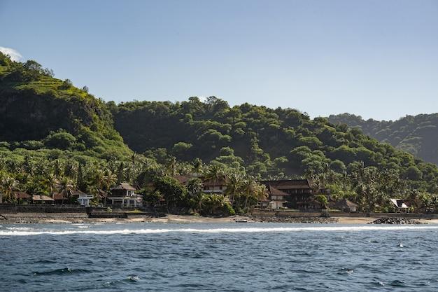 Schöne landschaft des gebirgstals mit strandbungalows stockfoto