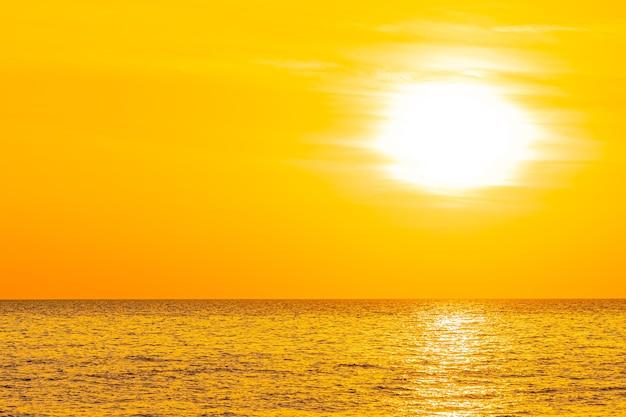 Schöne landschaft des meeres bei sonnenuntergang oder sonnenaufgang