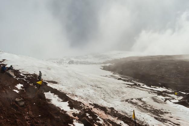 Schöne landschaft des schneebedeckten hangs des stratovulkans chimborazo in ecuador