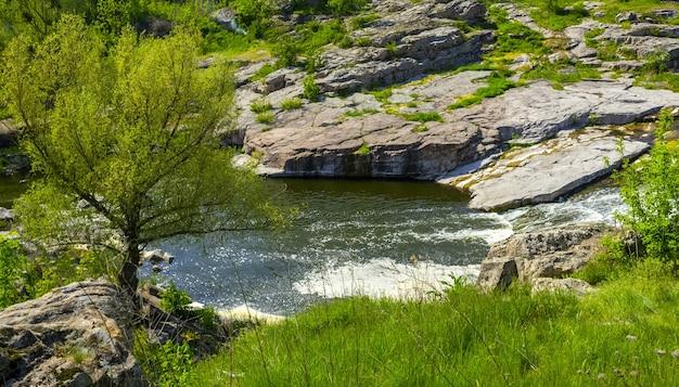 Schöne landschaft des schnellen gebirgsflusses