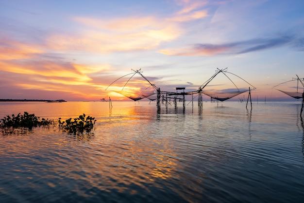 Schöne landschaft des sonnenaufgangs über pakpra thale noi