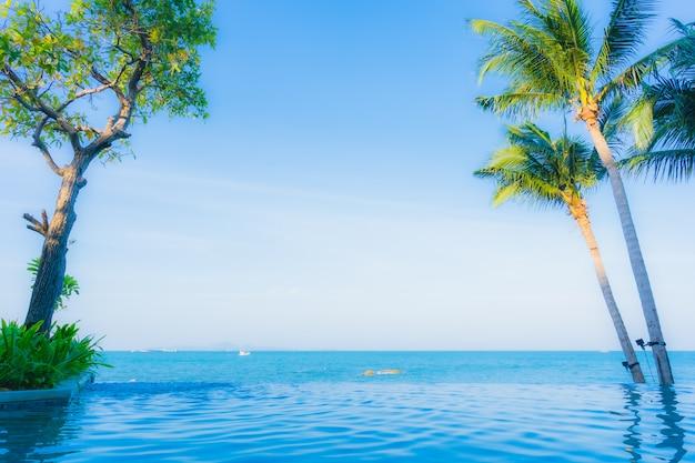 Schöne landschaft des swimmingpools im hotelerholungsort
