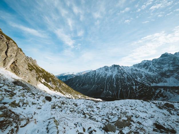 Schöne landschaft des tatra-gebirges bedeckt mit schnee unter einem bewölkten himmel in polen