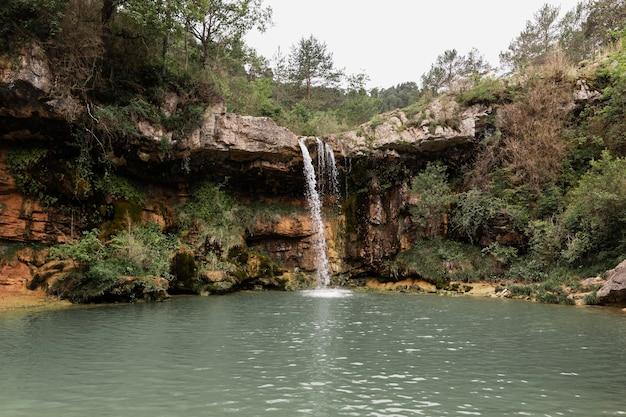 Schöne landschaft des wasserfalls
