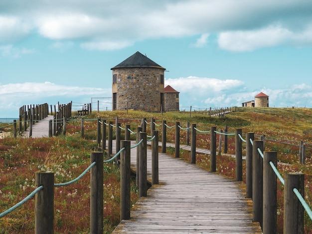 Schöne landschaft einer alten traditionellen windmühle in den sandhügeln von apulien in portugal