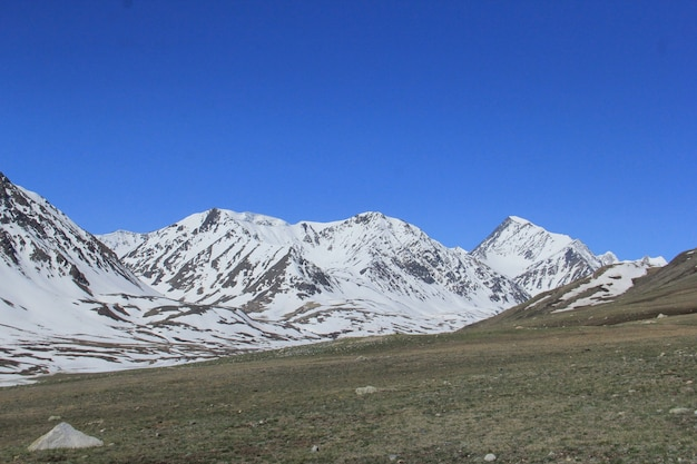 Schöne landschaft einer gebirgslandschaft mit felsigem hügel bedeckt