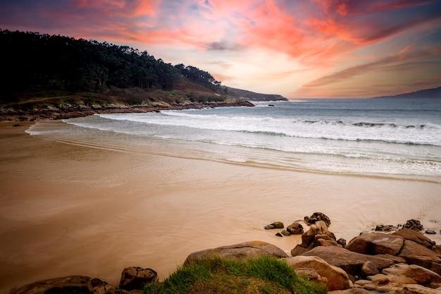 Schöne landschaft eines einsamen strandes mit einem atemberaubenden himmel im hintergrund