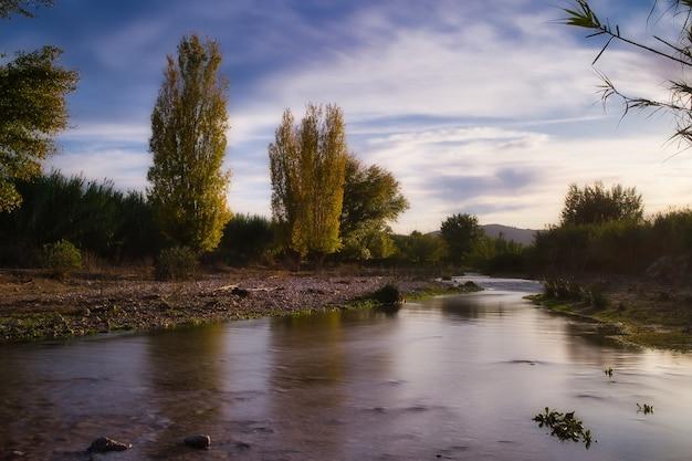 Schöne landschaft eines flusses.