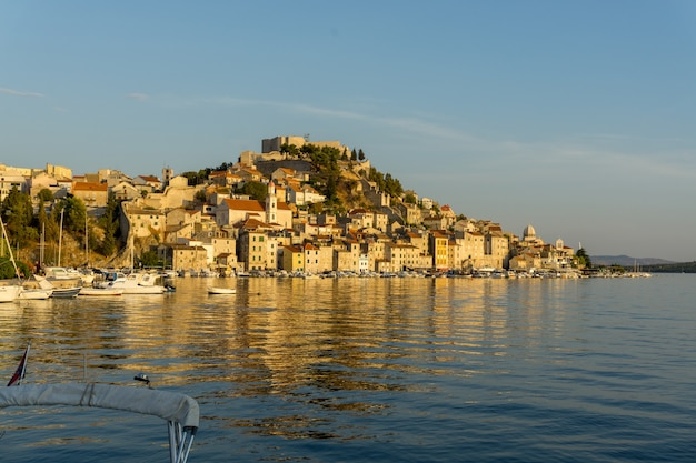 Schöne landschaft eines stadtbildes mit viel gebäude an der küste des meeres in kroatien