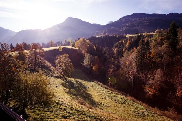 Schöne landschaft - heller sonnenaufgang in den bergen. schöne silhouetten von bergen