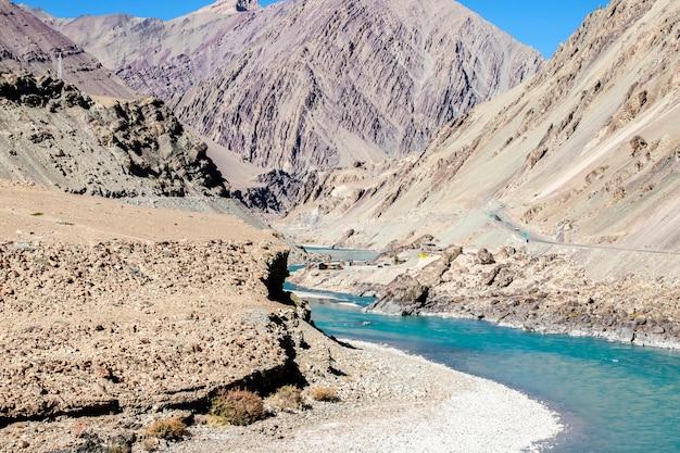 Schöne landschaft, herbst bunt und himalaya-berge in leh ladakh, nördlicher teil von indien